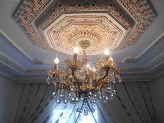 lustre et plafond stuc décoré