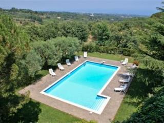villa con piscina privata sulle pendici dell'etna