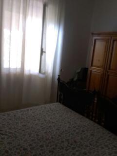 Camera letto matrimoniale con veduta sulla terrazza retrostante.