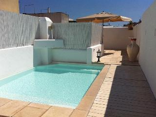 Charming town house with pool on roof terrace, Tiggiano