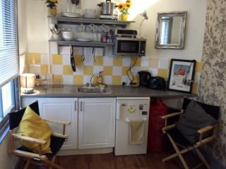 Teeny tiny beautiful bijou bedsit near the beach, Brighton