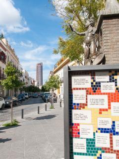 Vista de la calle con la Torre Pelli (edificio más alto de Andalucía) al fondo