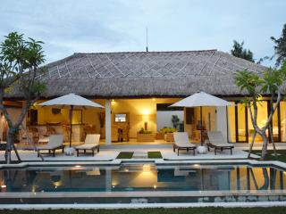 4BR - WHITE VILLA WITH PADDY'S VIEW AT CANGGU, Canggu