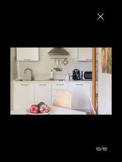 Cucina accesoriata con stoviglie e pentole