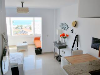 bright apartment on the beach, shared pool, Benalmádena