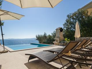 Sea front luxury villa,Swimming pool,Boat morning!, Okrug Gornji