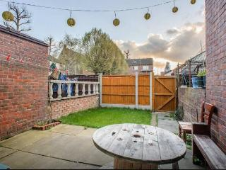 Zone 1: Quiet, Modern Room in House with Garden, London