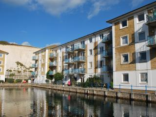 Brighton Marina top floor apartment with balcony and water views. FREE parking.