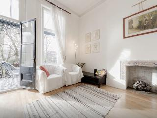 Beautiful 2-bed flat with balcony and gardens, London