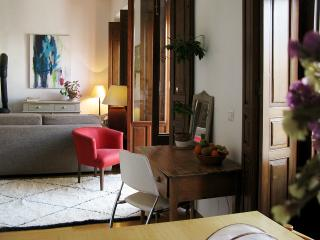 BRIGHT APT. IN TYPICAL C19th HOUSE, Sevilla