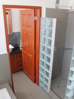 Additional full washroom.