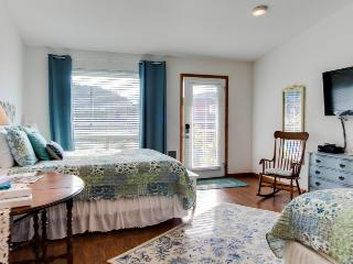 Dog-friendly floral suite w/ocean views & perfect location for a Yachats retreat