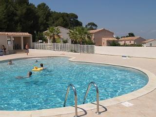 Villa Moliere, Oms