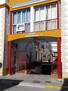 Fachada de edificio y entrada al garaje