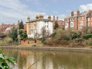 RIVERSIDE APARTMENT romantic ground floor apartment, WiFi, in Shrewsbury, Ref 91