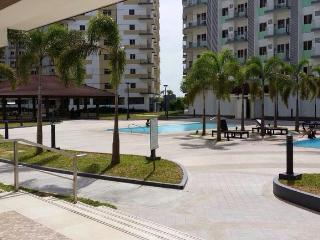 1 BR Condo near the airport with free Wifi/cableTV, Paranaque