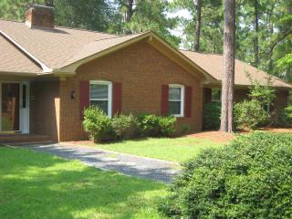 4 Bedroom, 4 Bath house, 8 beds, pool table, 1/2 mile from Pinehurst resort