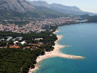 APARTMENTS WITH PRIVATE GARDEN FOR 4+3 CHILD, Makarska