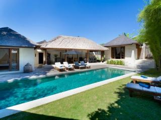 Charlie Luxury 3BR Villa, Large Pool-Seminyak