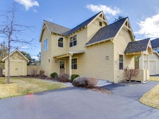 Tudor-style townhome w/classic charm and resort amenities, Redmond