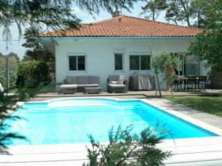 Capbreton villa with heated pool, walk to beach