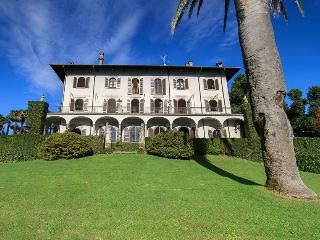 Gracious villa with pool and amazing lake views!, Pallanza