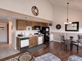 Great escape condo, heated pool, spa, mini golf, gym, resort amenities, marina., Branson