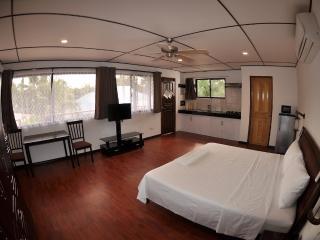 Zimmer mit Kueche im hintergrund