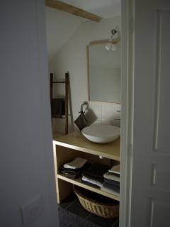 Une salle de bain avec une vasque