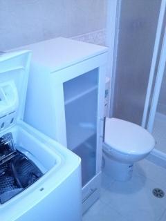 Baño con wc, lavabo, ducha y lavadora
