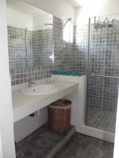 ... et sa salle de bain attenante