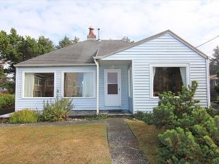 Charming Coastal Cottage w/ Ocean View Close to Beach Access & Shopping, Lincoln City