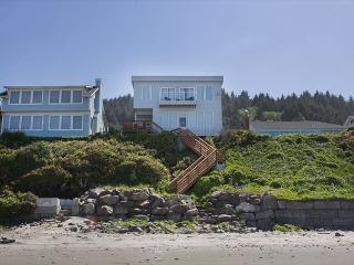 Luxurious Ocean Front Hm w/ High End Finishes and First Rate Amenities, Lincoln City