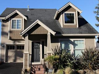 Gorgeous, Lake Front Home w/ Hot Tub & Easy Beach Access Nearby, Lincoln City