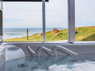 Newly Remodeled Oceanfront Home with Amazing Views, Hot Tub, and Game Room, Lincoln City