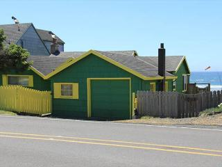 Oceanfront cottage brings the Pacific to your doorstep!, Lincoln City