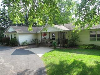 Spacious Family Home, Short Walk to Portage Lake, Onekama