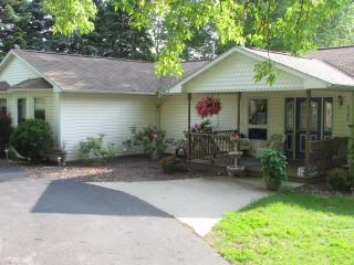 Spacious Family Home, Short Walk to Portage Lake, Onekama
