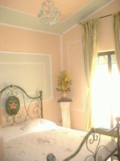 Anche la camera green è arricchita da fine decorazioni, e dotata di bagno in camera....