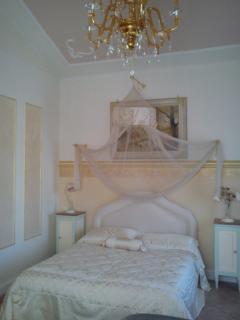 La camera Paradise è per chi ama il romanticismo e l'eleganza per le sue rifiniture accurate.