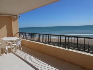 Ref 108.-1a linea de playa con vistas al mar. Zona tranquila con servicios cerca