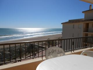 Ref 108. 1a linea de playa con vistas al mar. Zona tranquila con servicios cerca
