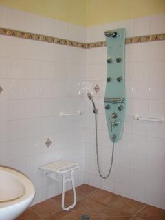Salle de bain du rez de chaussée accessible aux personnes à mobilitées réduites