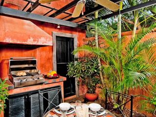 Enchanting villa- cable, internet, across from beach, private pool, a/c, Tamarindo