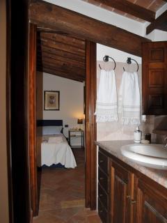 Camera da letto matrimoniale con bagno.