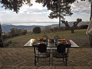 Pranzo sotto il portico vista Lago Trasimeno