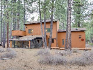 Rustic cabin with a private patio and shared pools, hot tubs & resort amenities!, Black Butte Ranch