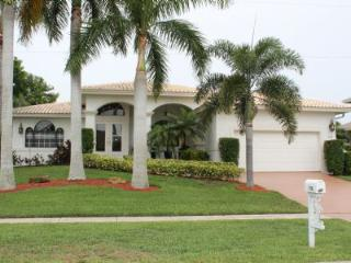 Nice and cozy Vacation Retreat in quiet section of Marco Island