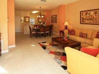 ENCHANTED ENCANTADA FAMILY TOWN HOME WITH POOL, Kissimmee