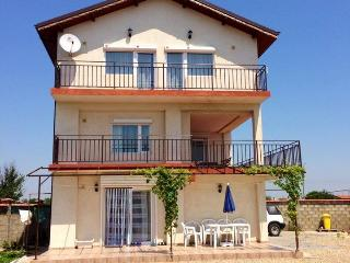 Seafront Villa Gosia - family studio with terrace., Kavarna